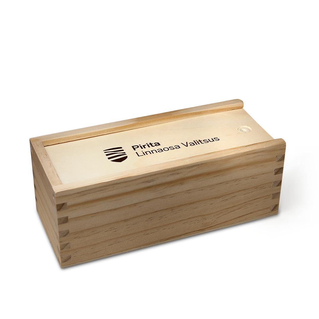 Pirita Linnaosa Valitsuse puidust mängude komplekt, siiditrükk karbi kaanel.